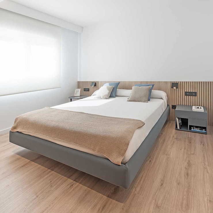 Dormitorio principal con el cabezal alistonado Dormitorios de estilo moderno de MANUEL GARCÍA ASOCIADOS Moderno
