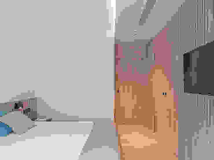 Vista a la entrada del dormitorio principal MANUEL GARCÍA ASOCIADOS Dormitorios de estilo moderno Acabado en madera