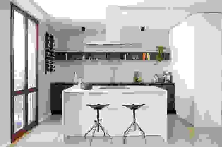 Appartamento T - cucina Cucina moderna di locatelli pepato Moderno Marmo
