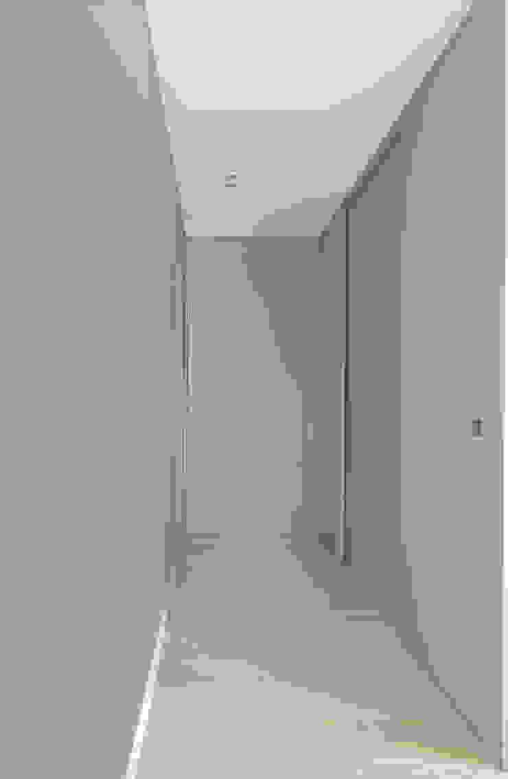 Appartamento T - corridoio zona notte Ingresso, Corridoio & Scale in stile moderno di locatelli pepato Moderno Legno Effetto legno