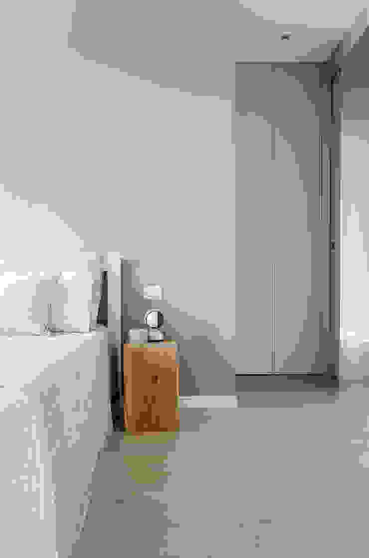 Appartamento T - camera matrimoniale Camera da letto moderna di locatelli pepato Moderno Legno Effetto legno