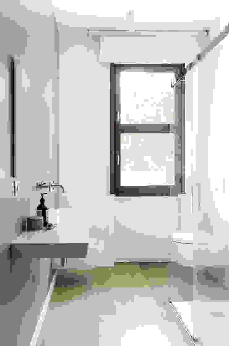 Appartamento T - bagno padronale Bagno moderno di locatelli pepato Moderno Legno Effetto legno