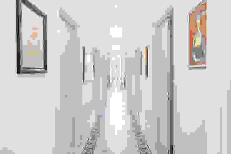 Archifacturing Pasillos, vestíbulos y escaleras de estilo clásico Mármol Beige