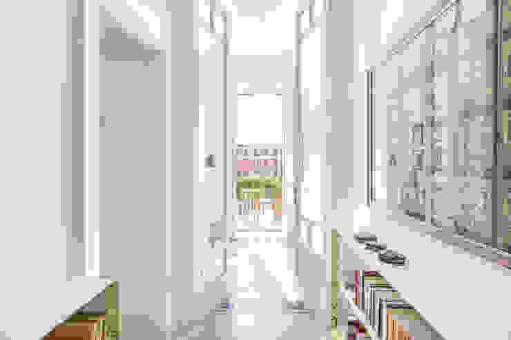 Archifacturing Pasillos, vestíbulos y escaleras de estilo clásico Madera maciza Blanco