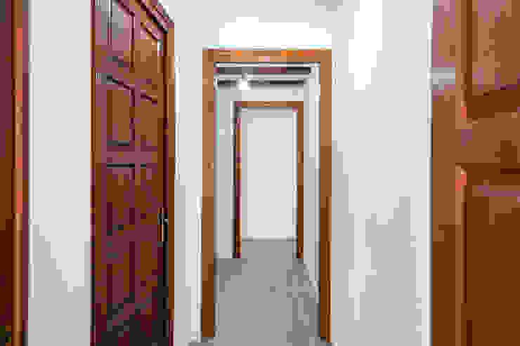 Acabados en madera Grupo Inventia Pasillos, vestíbulos y escaleras de estilo mediterráneo Hormigón Blanco