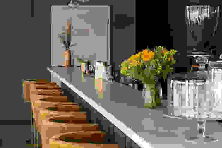 Bartheke mit Fenix NTM-Oberflächen und Thekenplatte in Stein Hammer & Margrander Interior GmbH Moderne Gastronomie