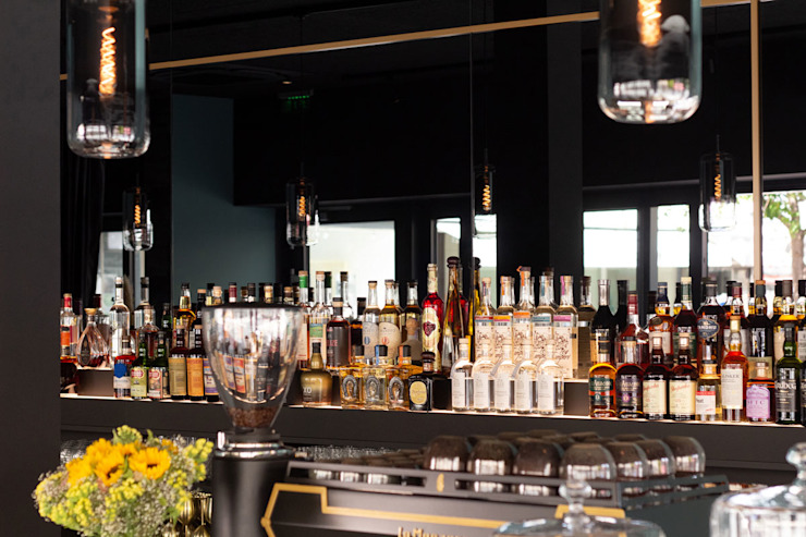 Zweistufige Flaschentreppe mit Beleuchtung Hammer & Margrander Interior GmbH Moderne Gastronomie