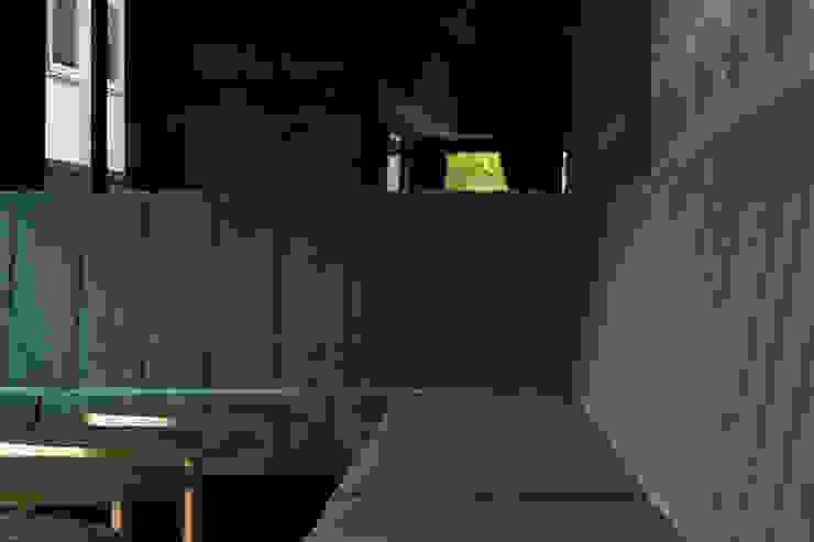 L-förmige Sitzbank mit Samtbezug und Pfeifensteppung in der Lounge Hammer & Margrander Interior GmbH Moderne Gastronomie