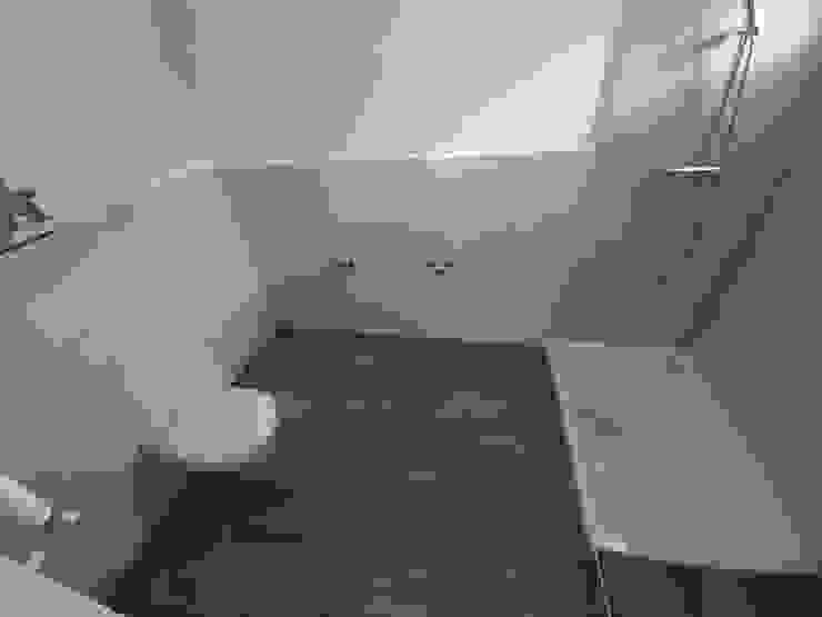 GF CONSTRUCCIÓN SOSTENIBLE S.L.U ミニマルスタイルの お風呂・バスルーム セラミック 多色