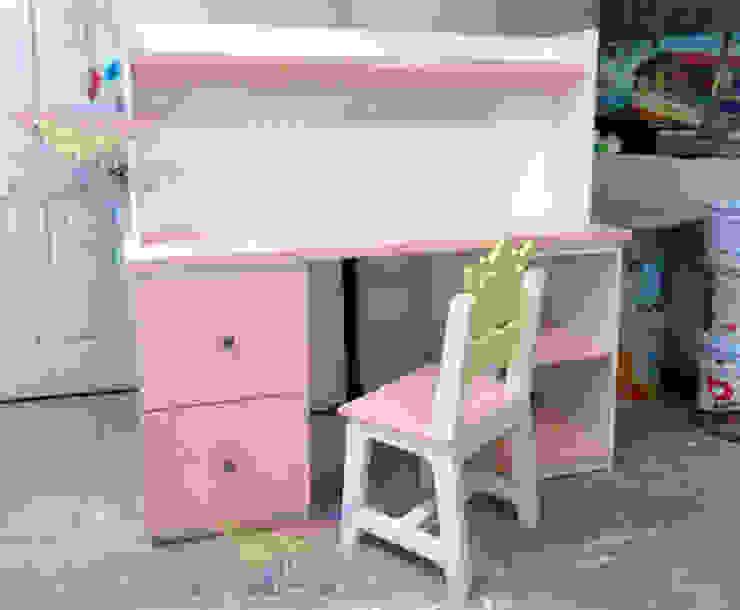 Practico escritorio infantil de Kids Wolrd- Recamaras Literas y Muebles para niños Moderno Derivados de madera Transparente
