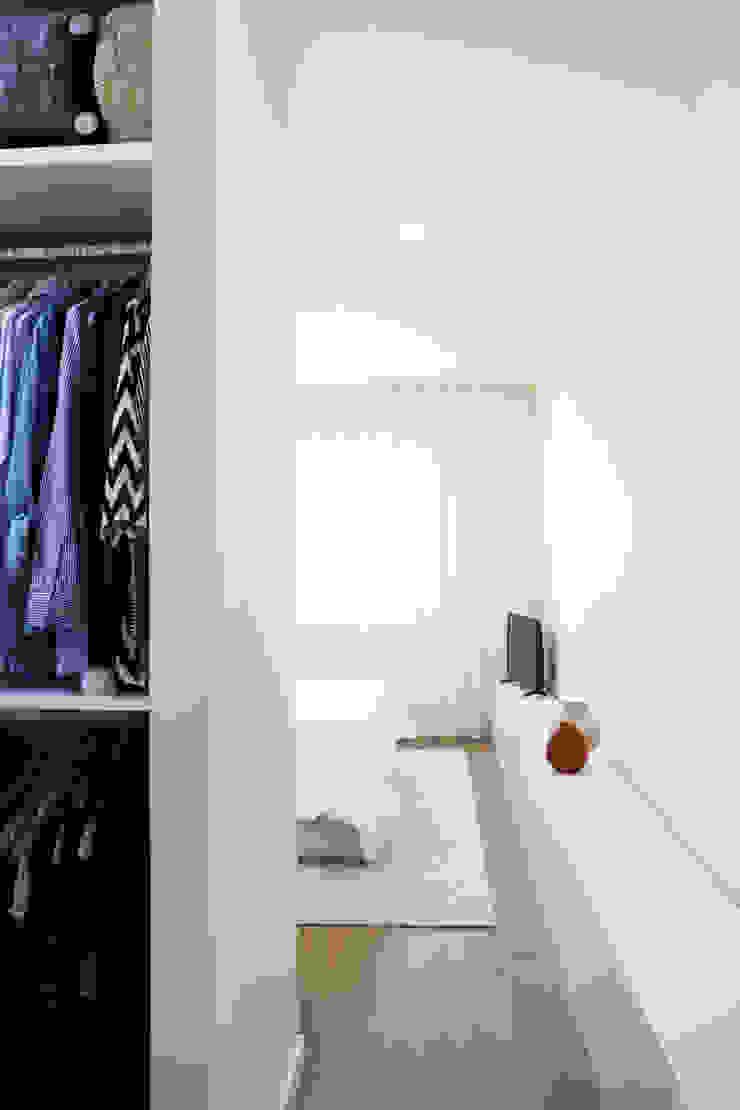 Qiarq . arquitectura+design VestidoresArmarios y cómodas Tablero DM Blanco