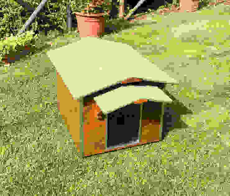 Cuccia in legno da esterno coibentata su misura Pet House Design® Giardino con piscina Legno Marrone
