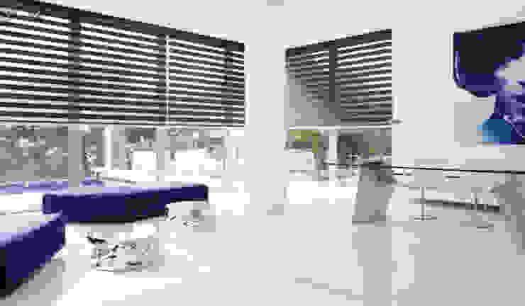 Doppelrollo in modernem Wohnraum Schindel Innenarchitektur Moderne Wohnzimmer Plastik Braun