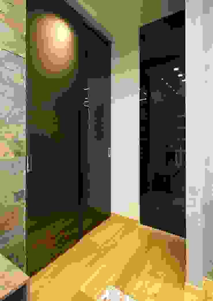 Studio Ferlenda Pasillos, vestíbulos y escaleras de estilo moderno Vidrio Ámbar/Dorado