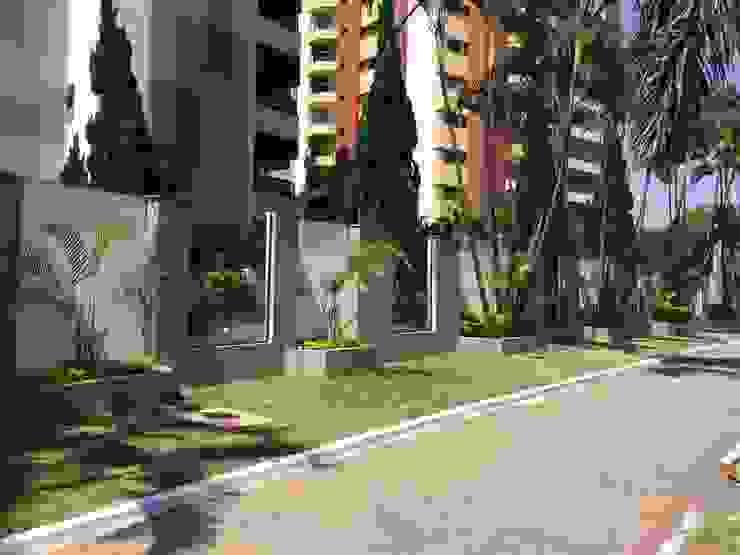 Muro externo- DEPOIS Edifícios comerciais modernos por Lucia Helena Bellini arquitetura e interiores Moderno