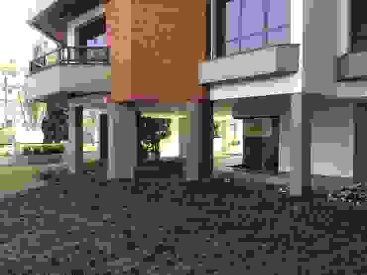 Circulação entre as areas internas- DEPOIS Lucia Helena Bellini arquitetura e interiores Edifícios comerciais modernos