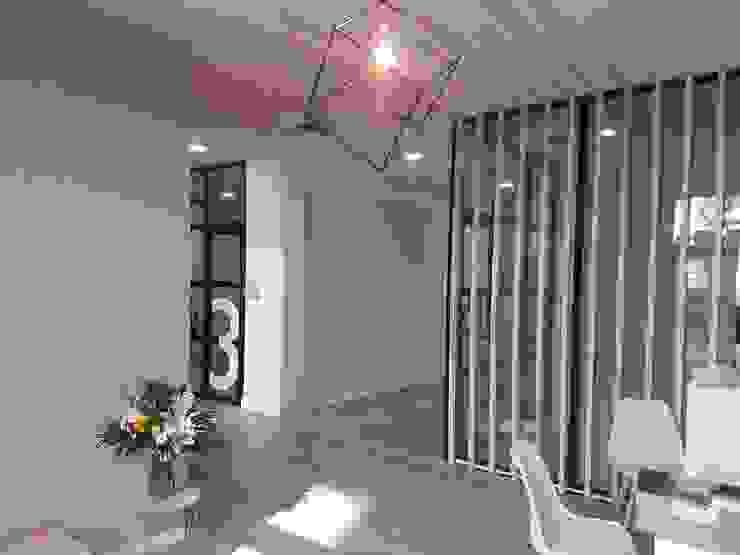 Entrada local ARDEIN SOLUCIONES S.L. Clínicas de estilo industrial Derivados de madera Acabado en madera