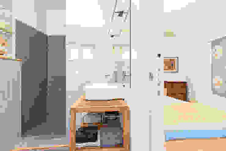 Moderne badkamers van Angela Baghino Modern Tegels