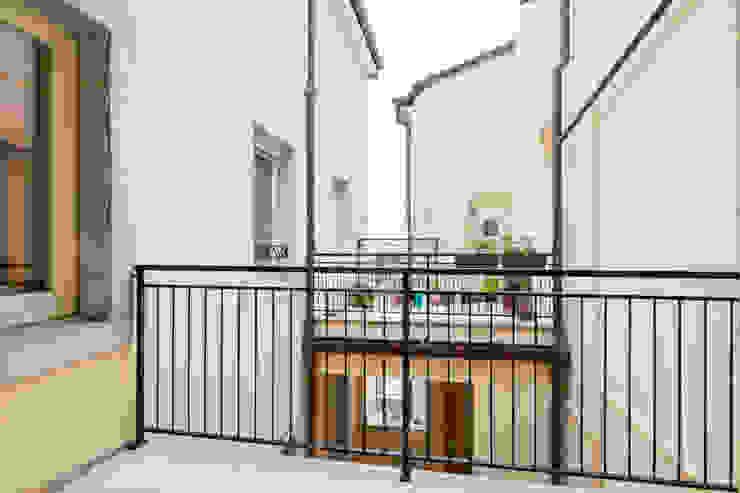 Moderne balkons, veranda's en terrassen van Angela Baghino Modern Tegels