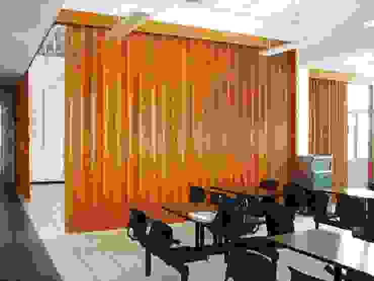 Puertas Plegables en madera PERSIANAS DE COLOMBIA Bodegas de estilo moderno