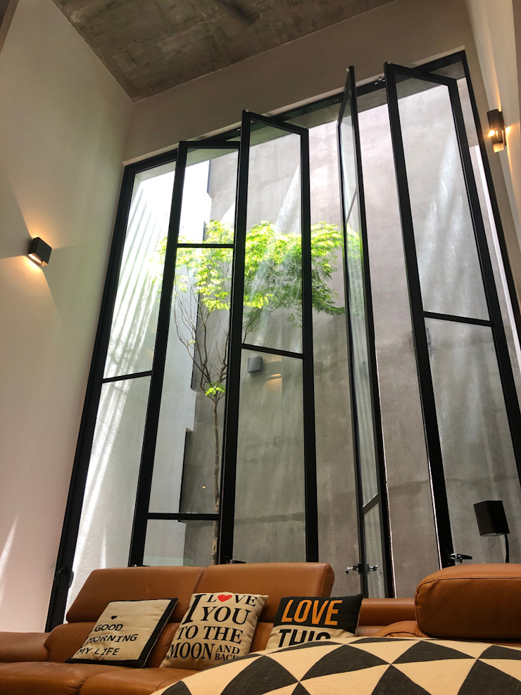 Double volumed living hall with high glazed door, floods the space with natural light N O T Architecture Sdn Bhd Living room