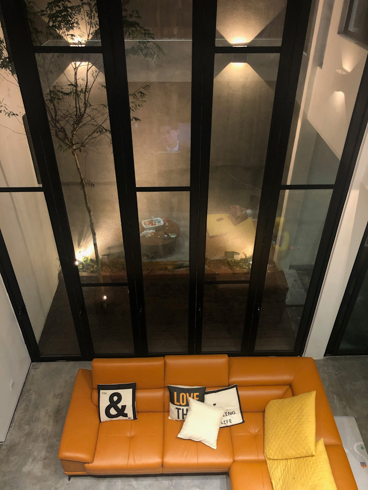 Double volumed living hall with high glazed door N O T Architecture Sdn Bhd Living room