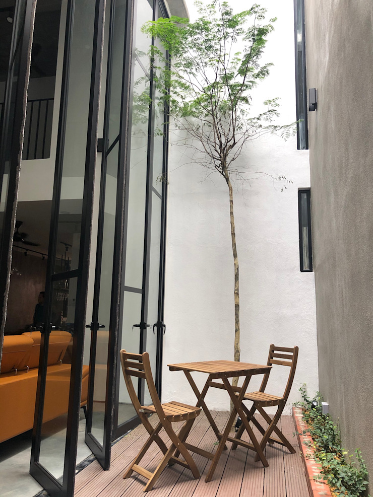 Cozy courtyard next to the living hall N O T Architecture Sdn Bhd Modern style balcony, porch & terrace