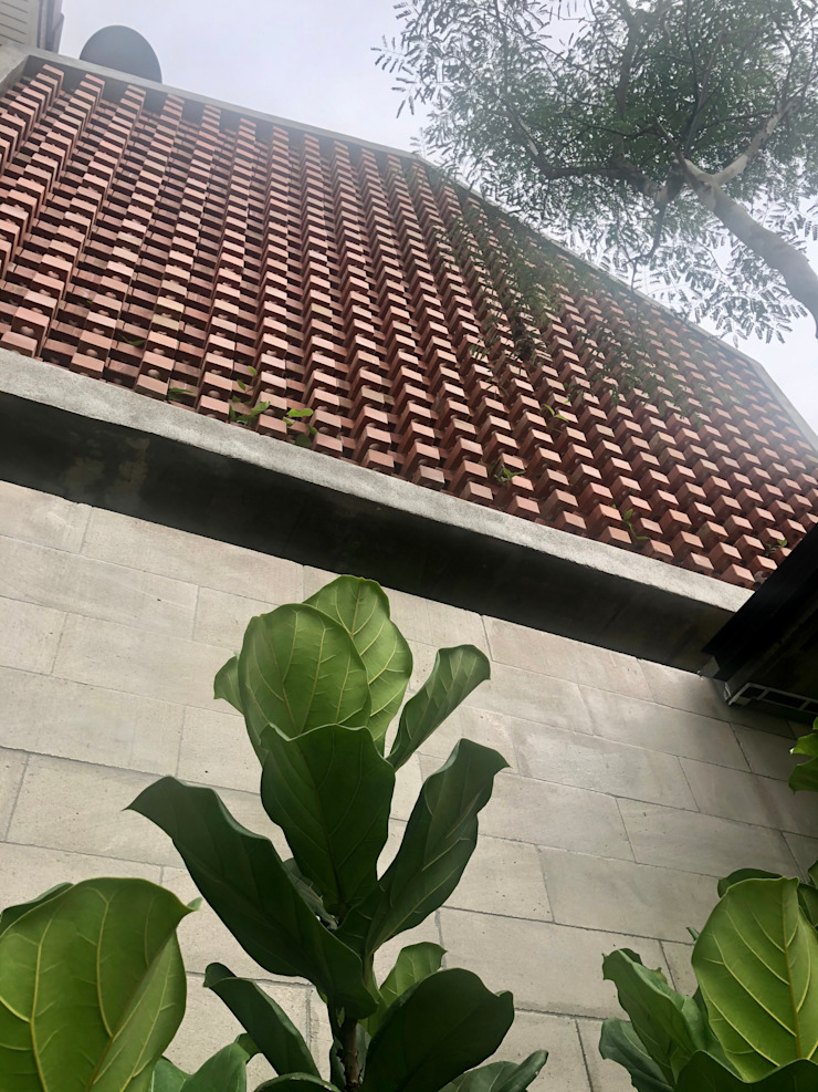 Well colour matching of concrete blocks and red bricks N O T Architecture Sdn Bhd Terrace house
