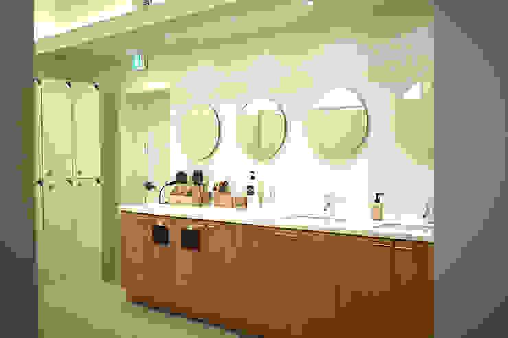 여자락카 모던스타일 욕실 by 디자인모리 모던 솔리드 우드 멀티 컬러