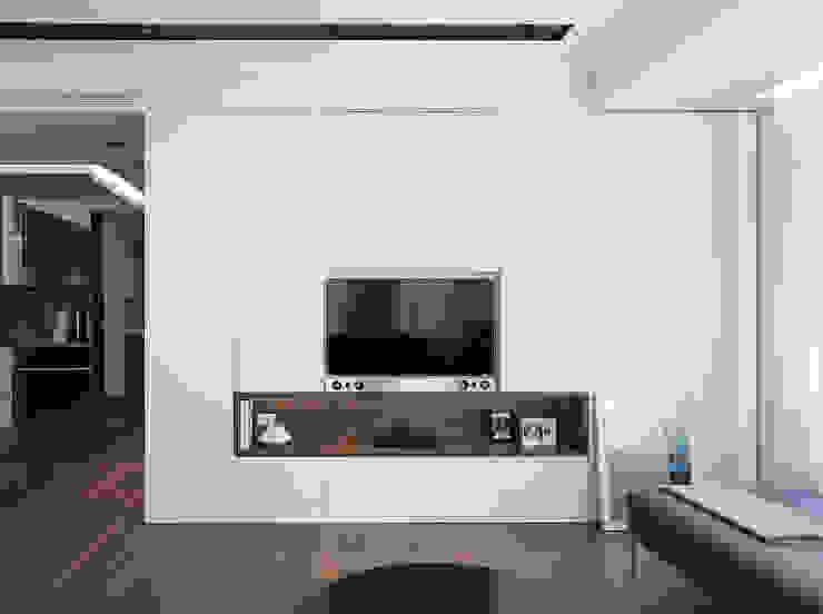 Mueble TV que recoge el sistema de TV y audio MANUEL GARCÍA ASOCIADOS Salones de estilo moderno Blanco