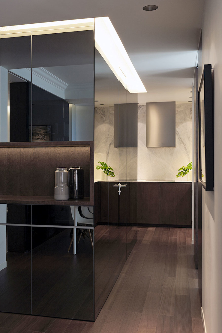 Cubo de espejo con la vista a la cocina MANUEL GARCÍA ASOCIADOS Pasillos, vestíbulos y escaleras de estilo moderno Negro
