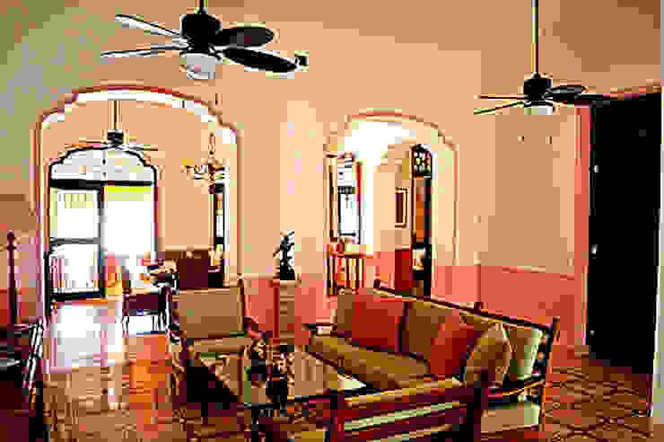 Sala de estar en Casa Antigua Calle 60 Merida Architects Salones clásicos Piedra Rosa