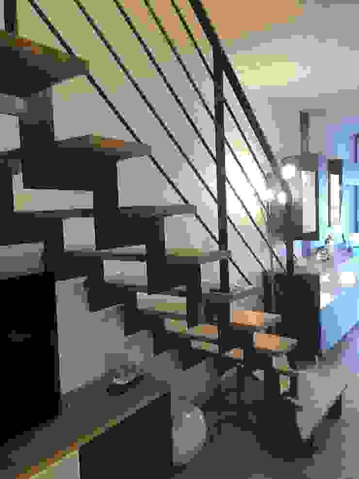 Changement d'escalier en acier brut vernis avec un limon crémaillère par C'LID INTERIEURE Moderne
