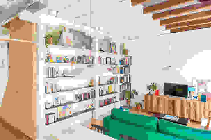 Salón con vigas restauradas IMAGINEAN Salones de estilo moderno Madera maciza Blanco