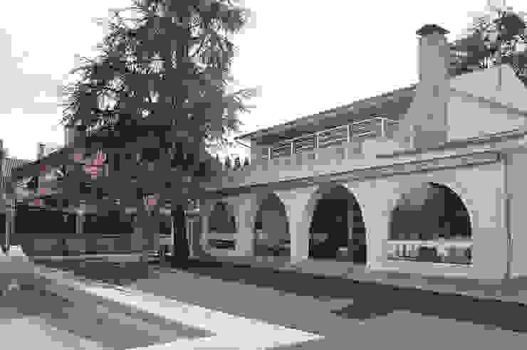 Fachada interior con jardín IMAGINEAN Jardines de estilo moderno Granito Blanco