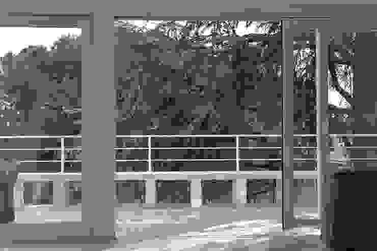 Terraza con banco corrido IMAGINEAN Balcones y terrazas de estilo minimalista Cerámico Blanco