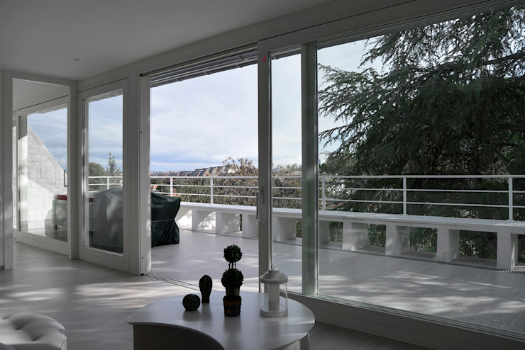 Salón-terraza IMAGINEAN Balcones y terrazas de estilo moderno Cerámico Blanco