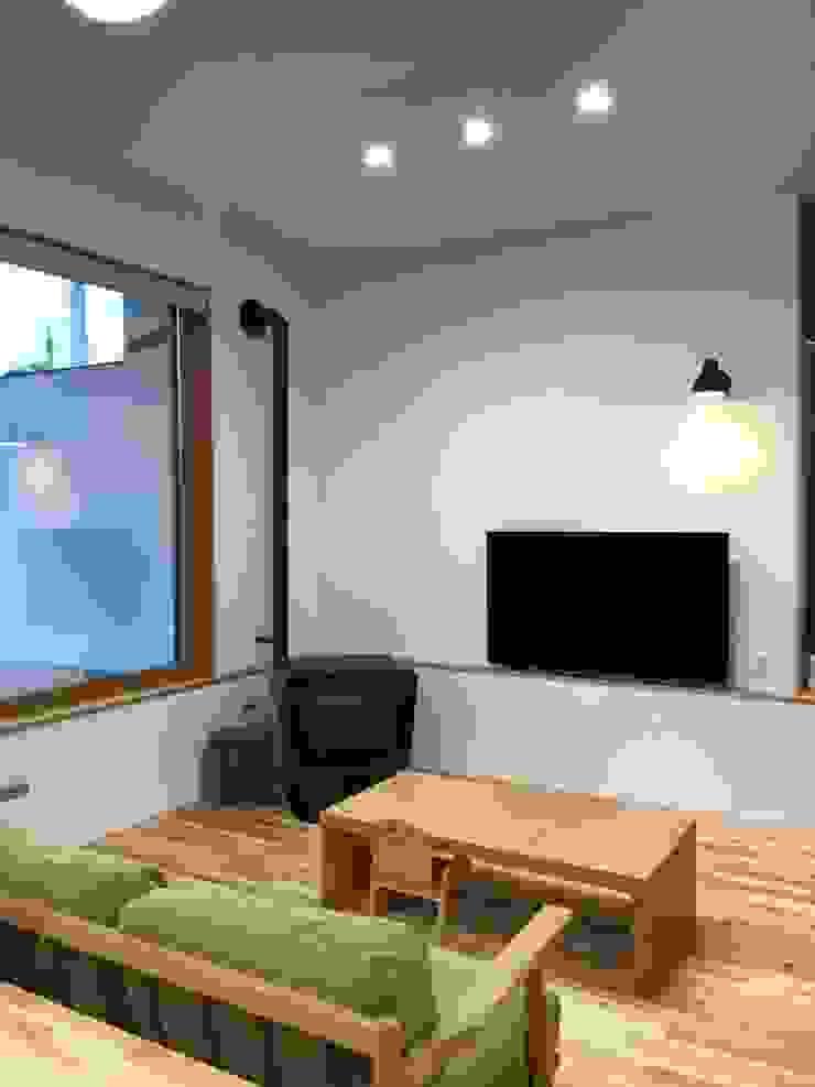 アトリエ・アースワーク Scandinavian style living room Solid Wood White