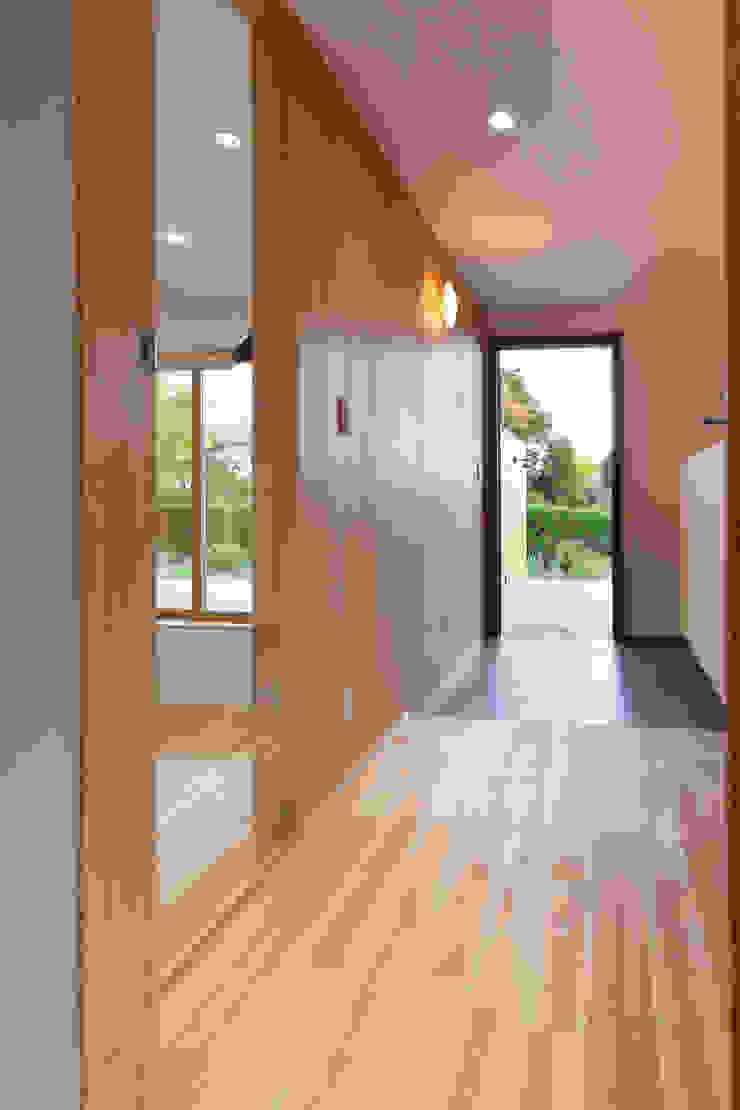 アトリエ・アースワーク Scandinavian style corridor, hallway& stairs Solid Wood White