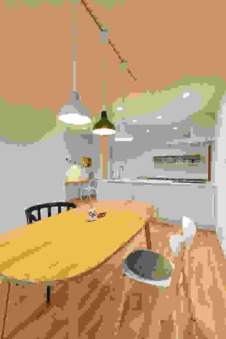 アトリエ・アースワーク Scandinavian style dining room Solid Wood White