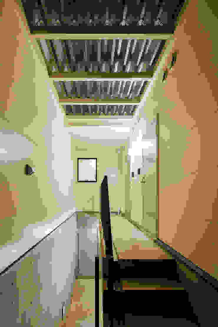 設計事務所アーキプレイス Scandinavian corridor, hallway & stairs Reinforced concrete White