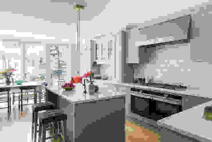 Two-Tone Harmony by Mowlem & Co Modern kitchen by Mowlem&Co Modern