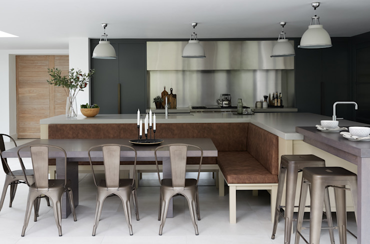 Two-Tone Harmony by Mowlem & Co Mowlem&Co Built-in kitchens