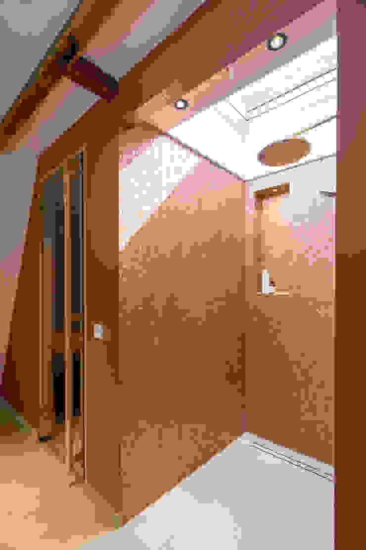 douche met daglicht ÈMCÉ interior architecture Moderne badkamers