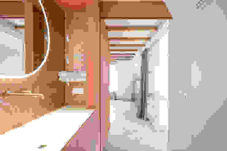 zicht naar de slaapkamer ÈMCÉ interior architecture Moderne badkamers