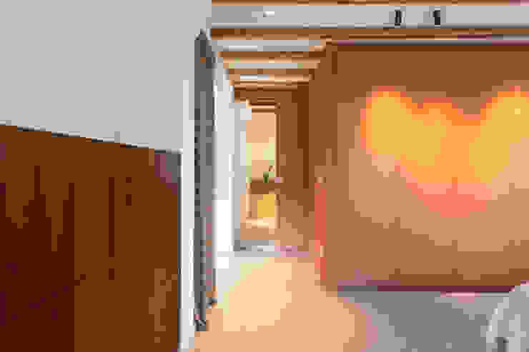 zicht naar de badkamer ÈMCÉ interior architecture Moderne slaapkamers