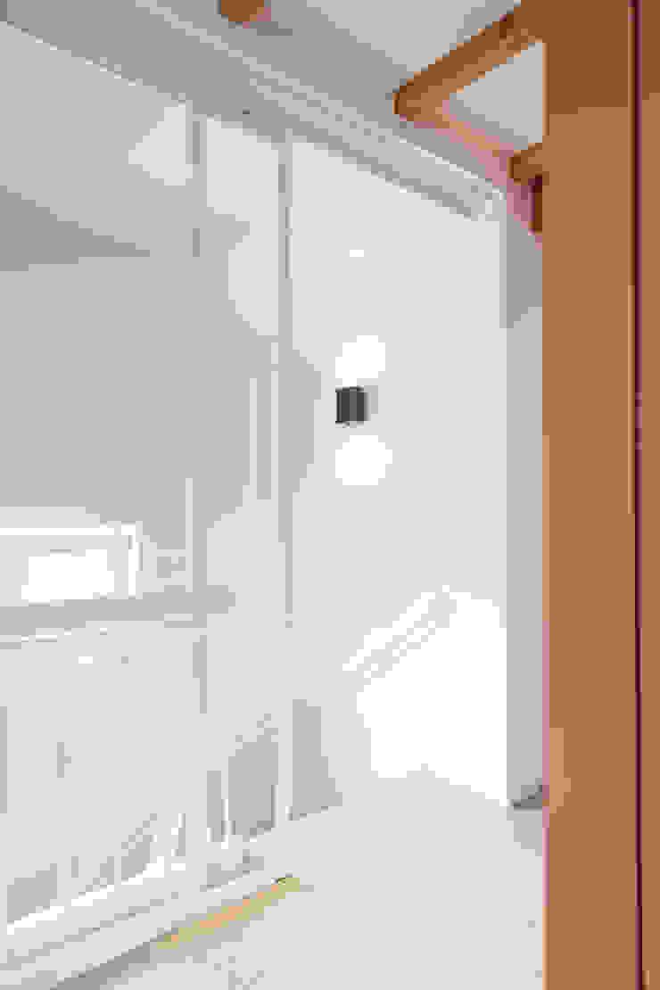 stalen schuifpui naar het trappenhuis ÈMCÉ interior architecture Moderne slaapkamers