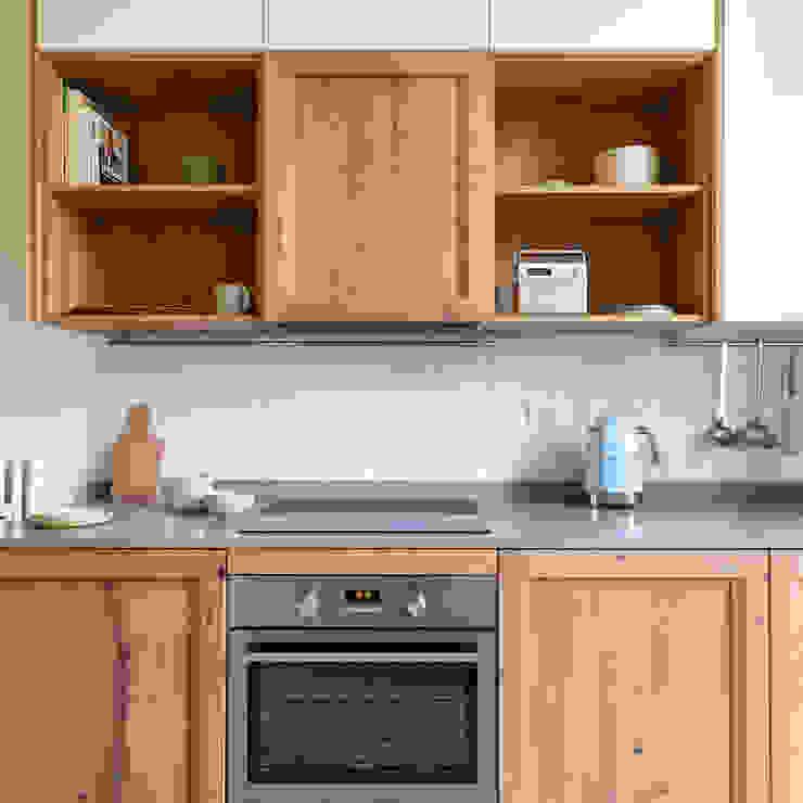 cucina in stile retro di Lascia la Scia S.n.c. Eclettico Legno Effetto legno