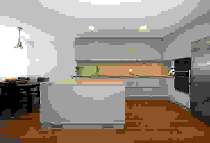Cozinha termolaminado cinza, bancada em quartzo compacto creme Desenho Branco Cozinhas modernas