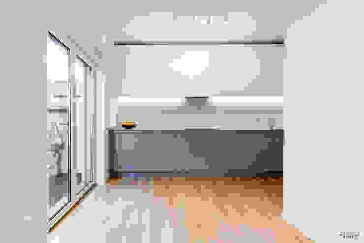Cozinha com móveis em termolaminado, tampo em granito Vimieiro conjugado com quartzo compacto creme. Desenho Branco Cozinhas modernas